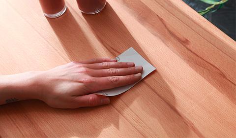 Kratzer aus Vollholzmöbel entfernen.