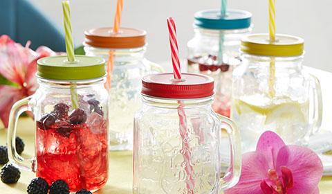Trinkglas mit Deckel und Strohhalm in 5 trendigen Farben bei mömax kaufen.