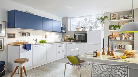 Eckküche in Weiß mit blauen Hängeschränken