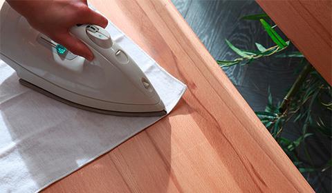 Dellen aus Holzmöbel mit dem Bügeleisen ausdämpfen.