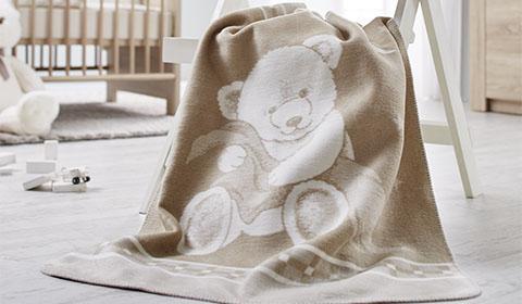 Flauschige Kuscheldecke im Bären-Design günstig bei mömax kaufen.