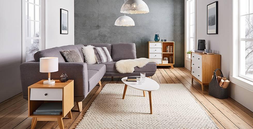 Moderna dnevna soba - siva sedežna garnitura, lesene omarice za dnevno sobo, bela preproga