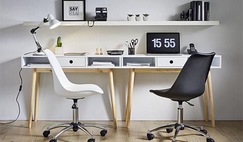 Trendiger Drehstuhl mit verchromten Gestell von mömax.