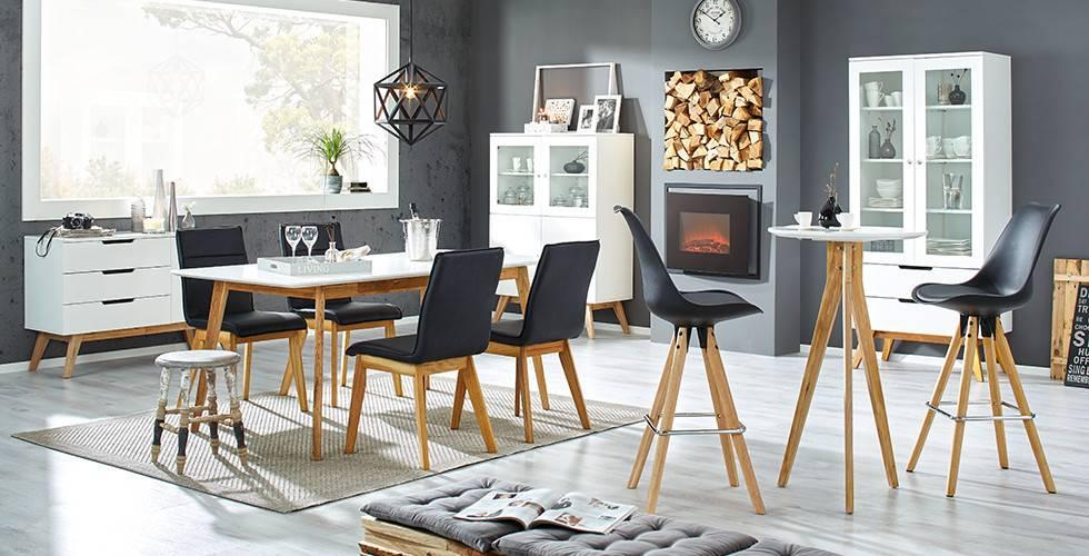 Esszimmer mit Stühlen im Skandi-Design mit Schwarzen Bezug von mömax.