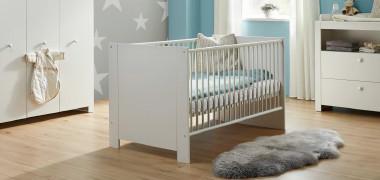 Babybett in weiß in einem Babyzimmer