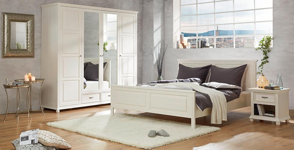 Schlafzimmerset im Landhausstil mit weißen Drehtürschrank, Bett und Nachtkästchen in Kiefer von mömax.