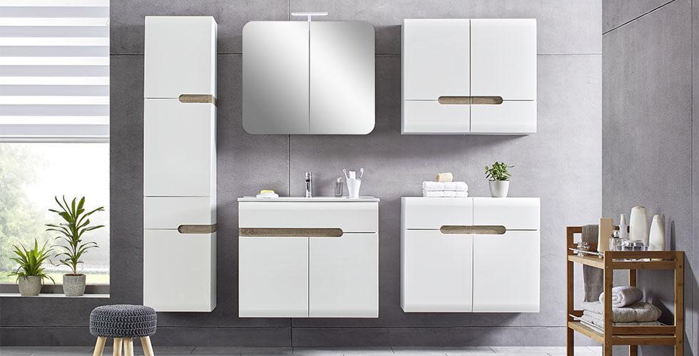 Mömax Badezimmer Mit Weißer Hochglanzoberfläche, Praktischem Spiegelschrank,  Waschbeckenunterschrank Und Hängeschrankelementen.