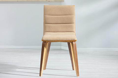 Vierbeiniger Esszimmerstuhl mit Holzbeinen und gepolsterter beiger Sitzfläche von mömax.