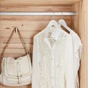 weißes Nachtkästchen mit 2 Schubladen