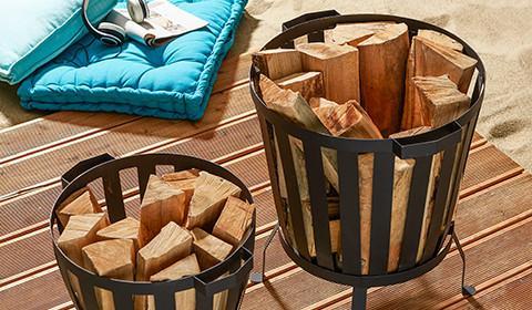 Feuerstelle aus Stahl von mömax sorgt für wohlige Wärme in lauen Sommernächten.