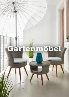 2 Gartenstühle und ein Tisch aus hellgrauem Rattangeflecht