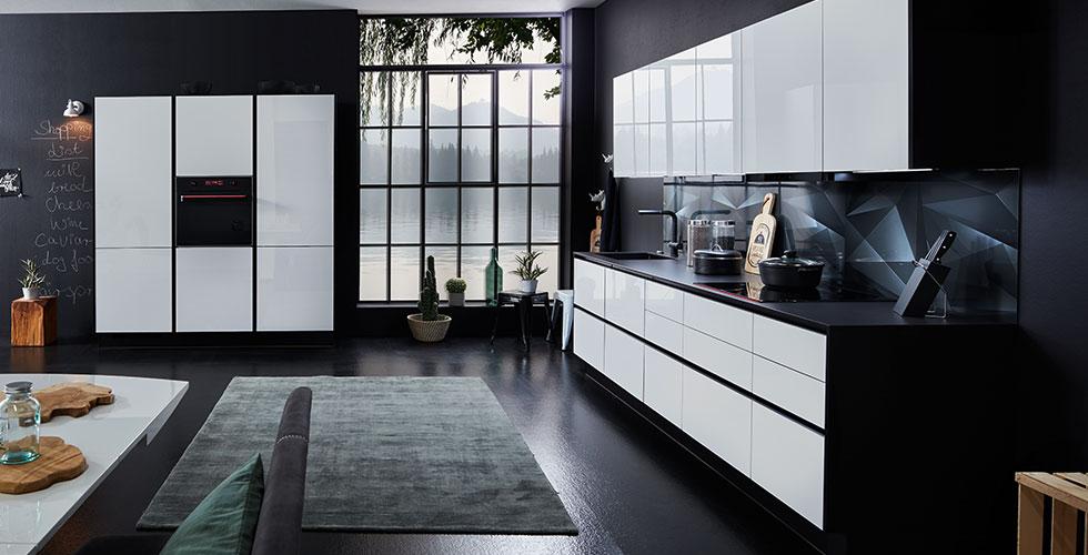Hochglanz-Einbauküche in Weiß und Schwarz günstig kaufen bei mömax.