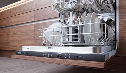 Integrierter Geschirrspüler mit Holzfront, offen stehend, von mömax.
