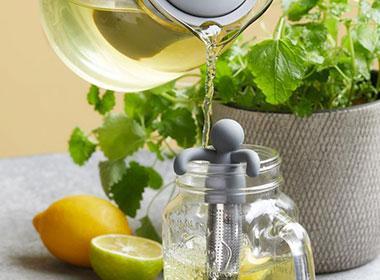 Teekanne und Teesieb bei mömax