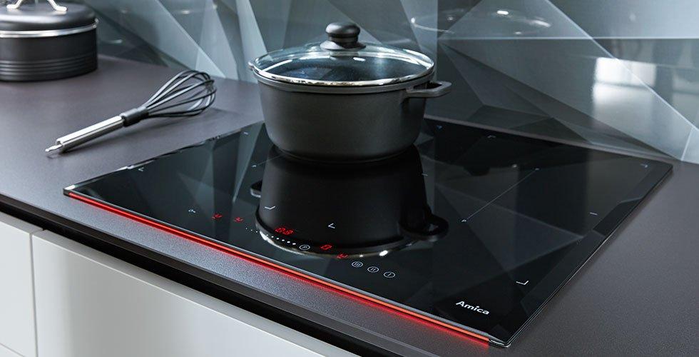 Trendiges Induktions-Kochfeld mit moderner Touchbedienung bei mömax.