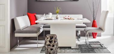 Weiße Eckbank mit weißem Esstisch und weißem Einzelstuhl