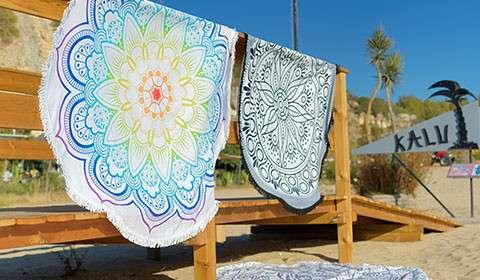 Bunte Strandtücher mit verschiedenen Mustern von mömax.