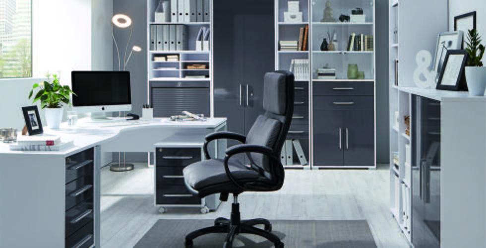 Schickes Arbeitszimmer mit melaminbeschichteten Oberflächen in Alufarben und Weiß von mömax.