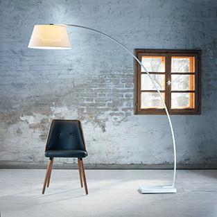 Stehlampe mit drei Beinen und Textil-Lampenschirm von mömax.